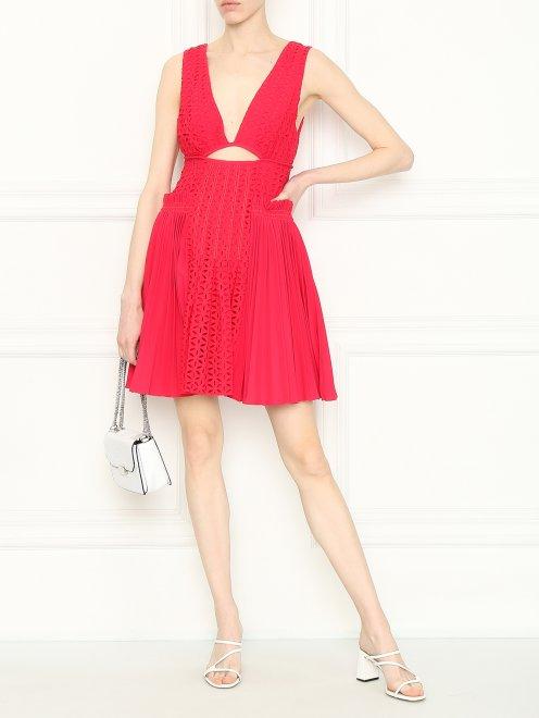 Платье-мини с декоративным вырезом - Общий вид